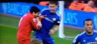Clamoroso Liverpool-Chelsea, «Dracula» Suarez morde Ivanovic VIDEO